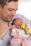 Padre que detiene a la hija recién nacida Foto de archivo