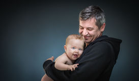 Padre que detiene a un bebé imágenes de archivo libres de regalías