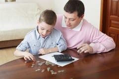 Padre que entrena al hijo a las finanzas Imagen de archivo libre de regalías