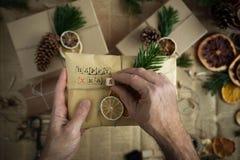 Padre que envuelve el regalo de Navidad moderno Concepto de la Navidad Fotografía de archivo libre de regalías