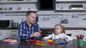 Padre que explica al uso preescolar de la muchacha de la llave metrajes