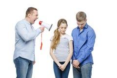 Padre que grita en los niños adolescentes Imagen de archivo
