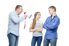 Padre que grita en los niños adolescentes Imagenes de archivo