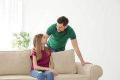 Padre que habla con su hija del adolescente foto de archivo
