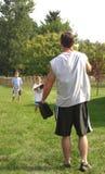Padre que juega a béisbol Imágenes de archivo libres de regalías