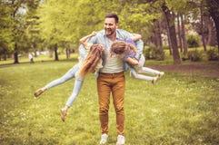 Padre que juega con las hijas imagen de archivo libre de regalías