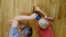 Padre que juega con su hijo, visión superior almacen de metraje de vídeo
