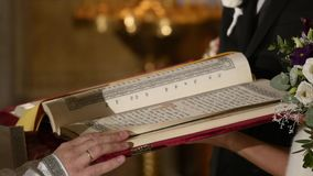 Padre que lê a Bíblia na igreja vídeos de arquivo