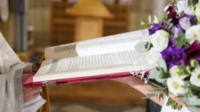 Padre que lê a Bíblia na igreja video estoque