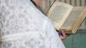 Padre que lê a Bíblia na igreja filme