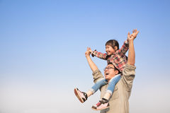Padre que lleva a su hija en hombros fotos de archivo libres de regalías