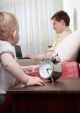 Padre que no hace caso de su pequeña hija Imagen de archivo