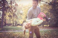 Padre que pasa tiempo con la hija Fotos de archivo libres de regalías