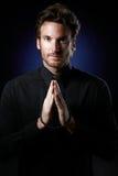 Padre que praying com rosário imagens de stock