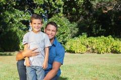 Padre que presenta con su hijo Fotografía de archivo libre de regalías