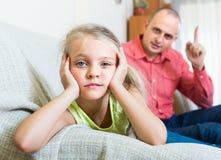 Padre que reprende a la hija para la ofensa foto de archivo