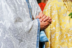 Padre que reza na igreja foto de stock royalty free