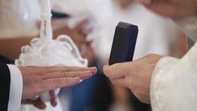 Padre que rezam na igreja na cerimônia de casamento e anéis sobre postos para recém-casados video estoque
