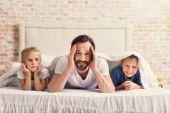 Padre que se divierte con sus niños lindos Fotografía de archivo libre de regalías