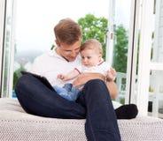 Padre que usa la tablilla de Digitaces con el hijo Fotografía de archivo