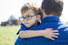 Padre And Son Hugging en verano al aire libre imágenes de archivo libres de regalías
