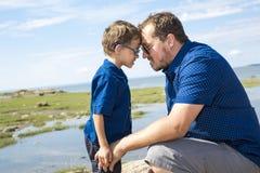 Padre And Son Hugging en verano al aire libre imagen de archivo libre de regalías