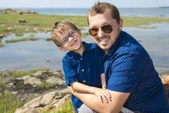 Padre And Son Hugging en verano al aire libre fotos de archivo