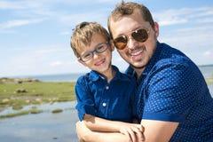 Padre And Son Hugging en verano al aire libre fotos de archivo libres de regalías