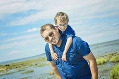 Padre And Son Hugging en verano al aire libre fotografía de archivo libre de regalías