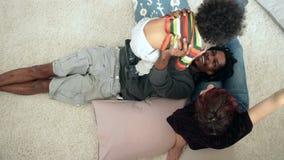 Padre sonriente que levanta a su niño querido en el aire almacen de metraje de vídeo