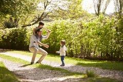 Padre And Sons Going para el paseo en campo del verano fotos de archivo libres de regalías