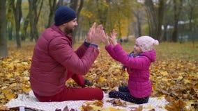 Padre sorridente che gioca gioco d'applauso con il bambino stock footage