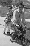 Padre su una bici dei bambini Fotografia Stock Libera da Diritti