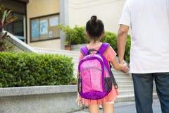 Padre Walking To School con los niños Imágenes de archivo libres de regalías