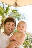 Padre y bebé felices el vacaciones Imagen de archivo libre de regalías
