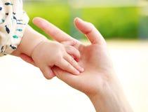 Padre y bebé que mantienen la mano unida Fotos de archivo libres de regalías