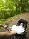 Padre y bebé que toman una caminata en las maderas Foto de archivo libre de regalías