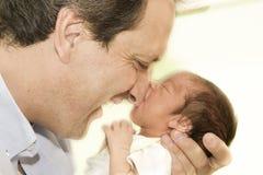 Padre y bebé recién nacido Imagen de archivo libre de regalías