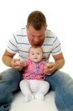 Padre y bebé sonrientes Fotos de archivo libres de regalías
