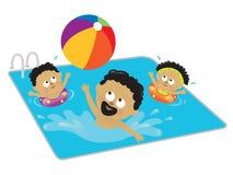 Padre y cabritos que juegan en una piscina Fotos de archivo libres de regalías