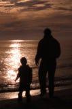 Padre y hijo en la playa Fotos de archivo