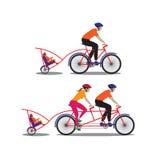 Padre y madre biking con el pequeño hijo Imágenes de archivo libres de regalías