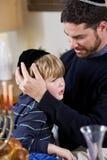 Padre y muchacho que celebran Hanukkah Fotos de archivo