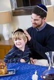 Padre y muchacho que celebran Hanukkah