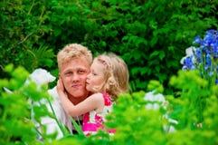 Padre y niña felices en un jardín imagen de archivo libre de regalías