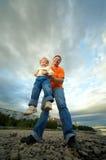 Padre y niño al aire libre foto de archivo