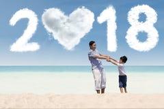 Padre y niño con los números 2018 Imágenes de archivo libres de regalías