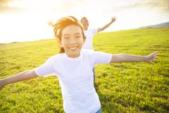 Padre y niño de la familia que corren en prado imagen de archivo libre de regalías