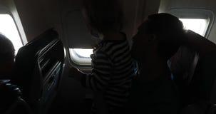 Padre y niño en el interior del aeroplano de la cabina almacen de video