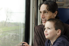 Padre y niño en el tren Fotografía de archivo libre de regalías
